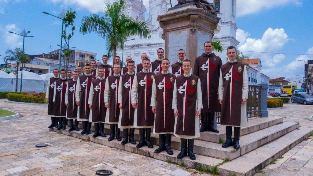 Cómo se visten los Heraldos del Evangelio